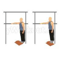 Подъем на носки стоя используя вес тела